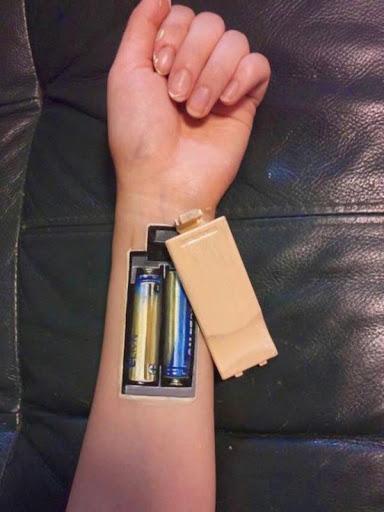 """Incrível """"humano leva baterias"""" tatuagem no antebraço"""