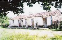 Casa que está desmoronando e foi palco de Lampião