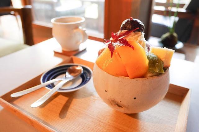 Swan鵝牌極致鵝絨日式刨冰 鵝絨雪花冰  雪松林裡的療癒咖啡館|如花瓣朝露般的鵝絨冰 吹上の森 吹上の森的招牌甜點,採用當地季節水果製作的水果聖代,秋天採用甜柿與糖漬大和栗搭配紅色楓葉-swan-kakigori-fukiagenomori-cafe-historical-wooden-house-freshfruit-parfait-autumn