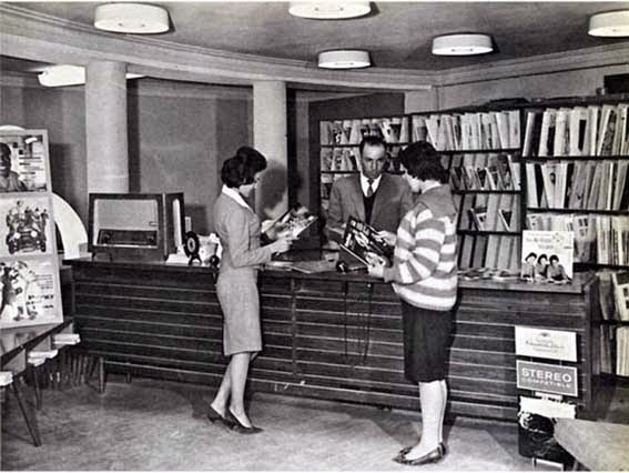 52 photos of women who changed history forever - Afghan women in a public library before Taliban seize power (50s).