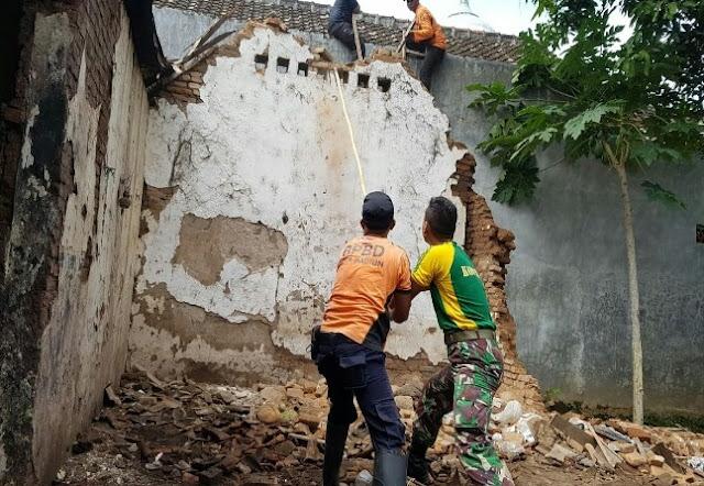 15 Personel Kostrad Bantu Perbaiki Rumah Roboh Korban Angin Kencang di Madiun