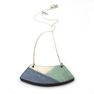 collier plastron de printemps avec graphismes bleu et turquoise