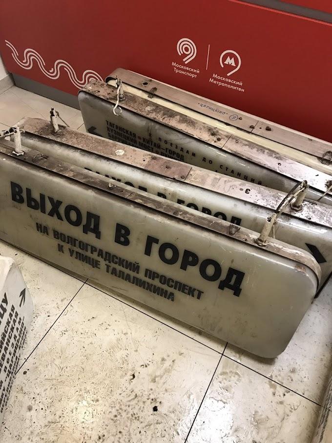 Moskova metrosu eski tabelalarını satıyor