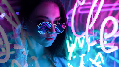 Chica con gafas de noche y neón