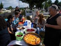 Aneh, Di Tempat Ini Piknik Diadakan di Atas Kuburan
