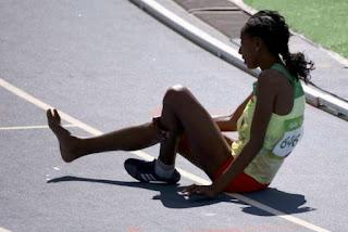 Em lágrimas, etíope termina prova descalça e arranca aplausos