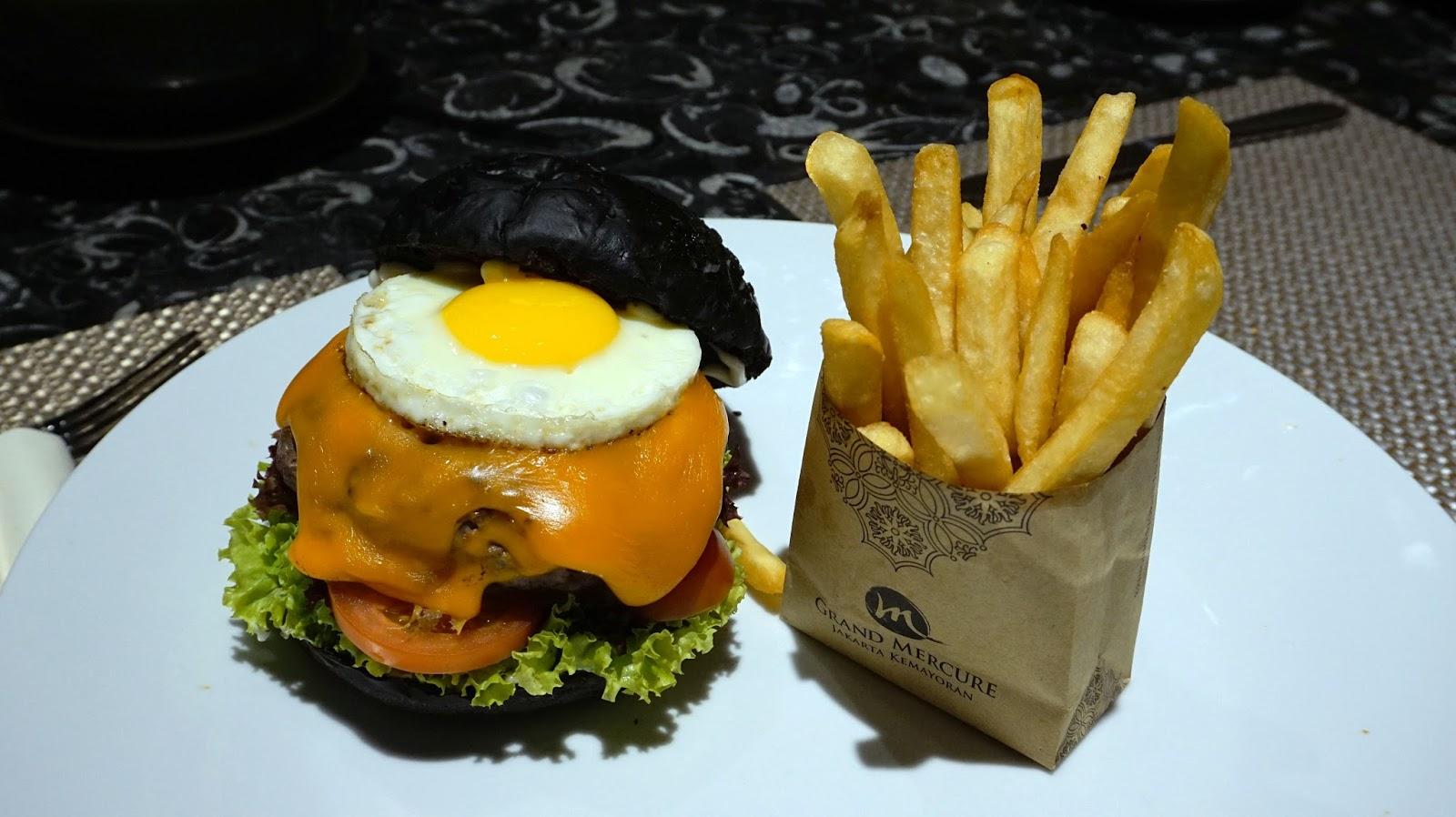Burger Hitam sebagai salah satu nest selling item di Catappa Restaurant