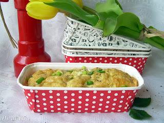 Keks wytrawny z żółtym serem i wędzonym łososiem