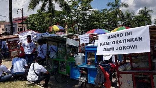 Demi Jokowi, Ratusan Pedagang Bakso Sediakan Makan Gratis di Kendari
