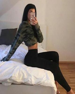 pose sentada en la cama