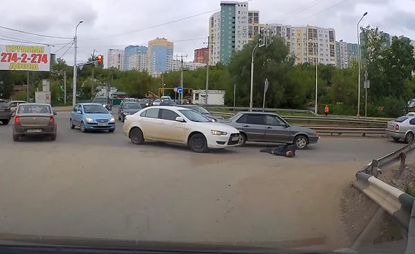 В Уфе автоледи проехалась по лежачему на дороге мужчине