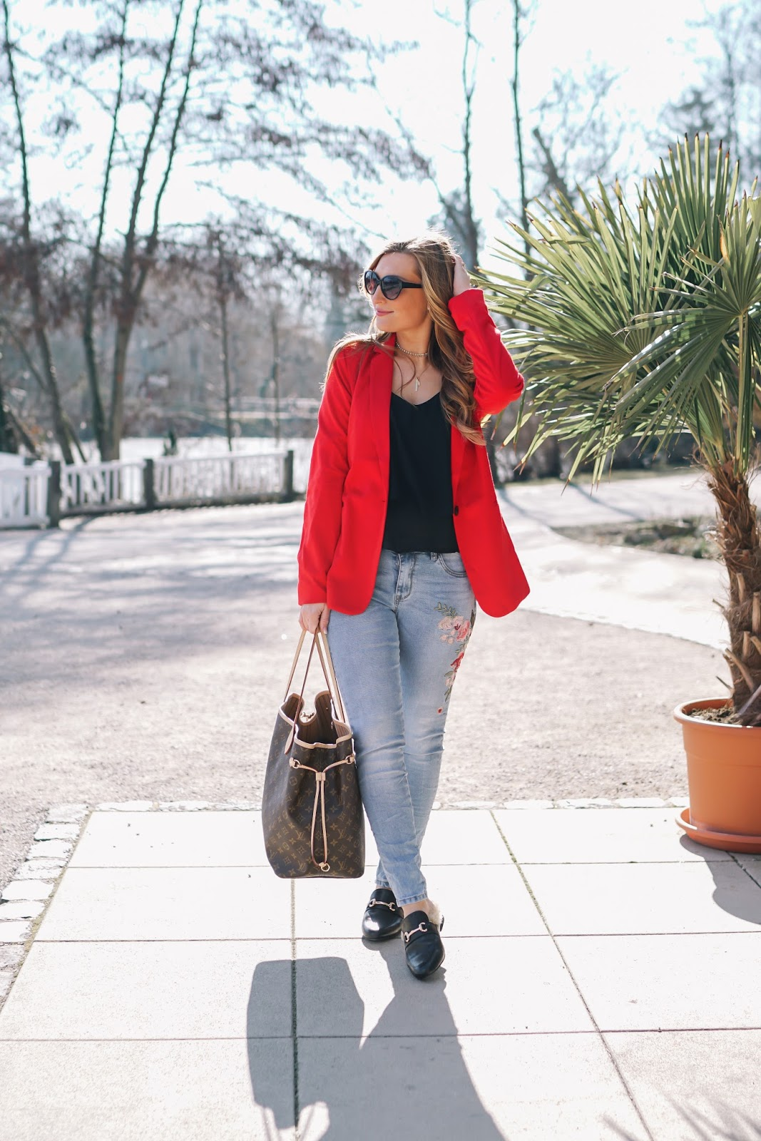 Frühlingslook-fashionstylebyjohanna-roter-blazer-jeanshose-mit-stickerei-slipper-lokk-like-gucci-louis-vuitton-neverful-gm-blogger-aus-frankfurt-blogger-aus-deutschland