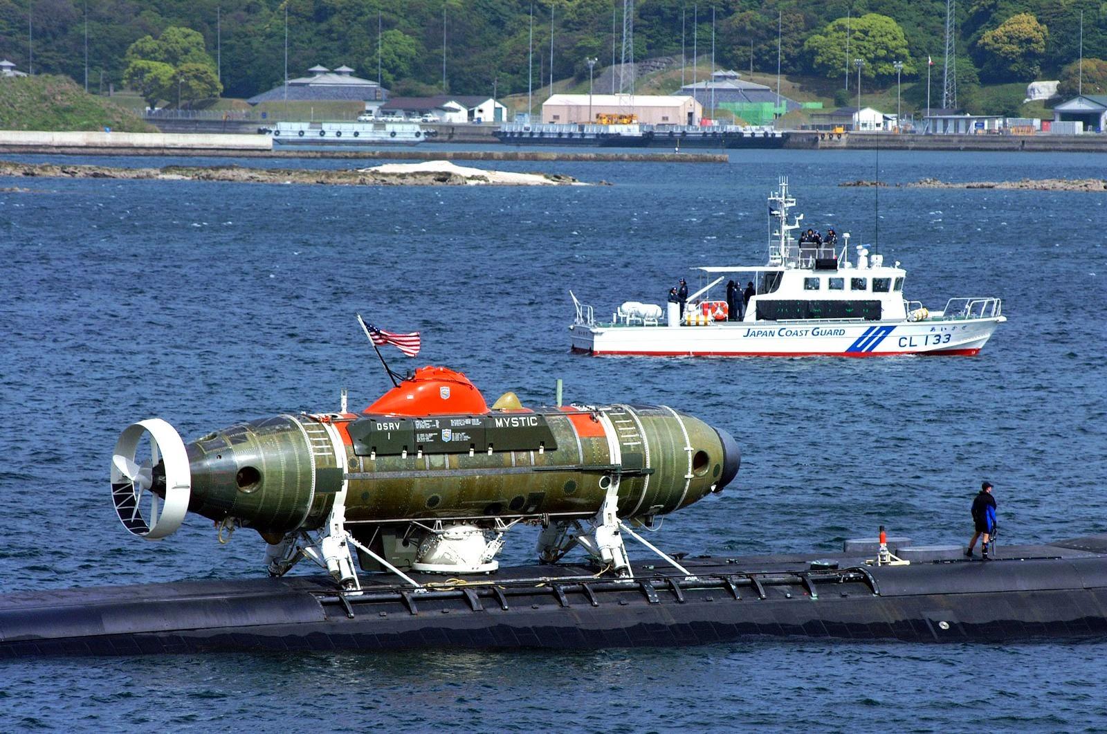 El Mystic acoplado sobre un submarino nodriza