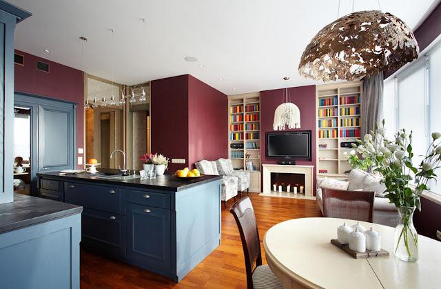 Голубая классическая кухня из дерева, совмещенная с элегантной гостиной