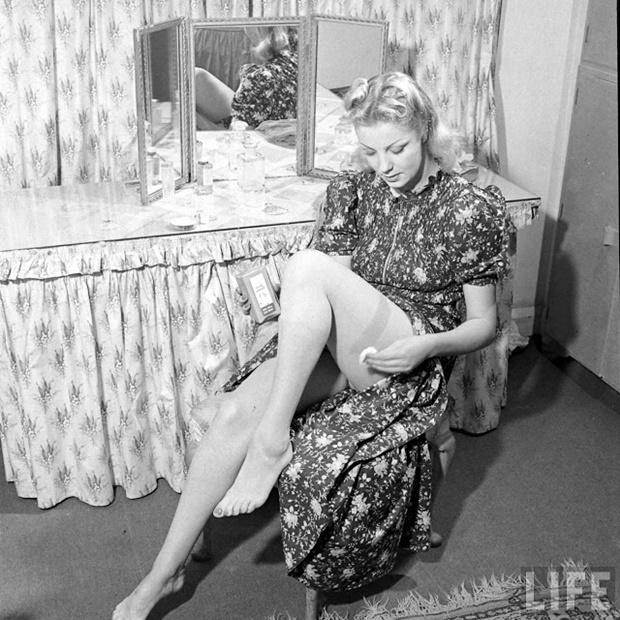 Meia-calça nos anos 40, meia-calça na segunda guerra mundia, fotografia de moda vintage, fotografias dos anos 40, anos 40, vintage fashion photos, moda anos 40, maquiagem nas pernas anos 40, 40s fashion, moda feminina anos 40