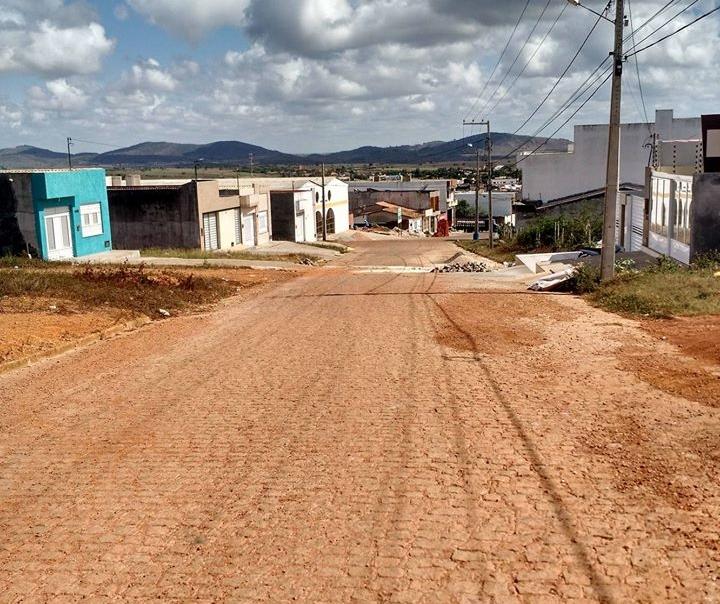 Em Ribeirópolis rua é asfaltada com rede de esgoto pela metade