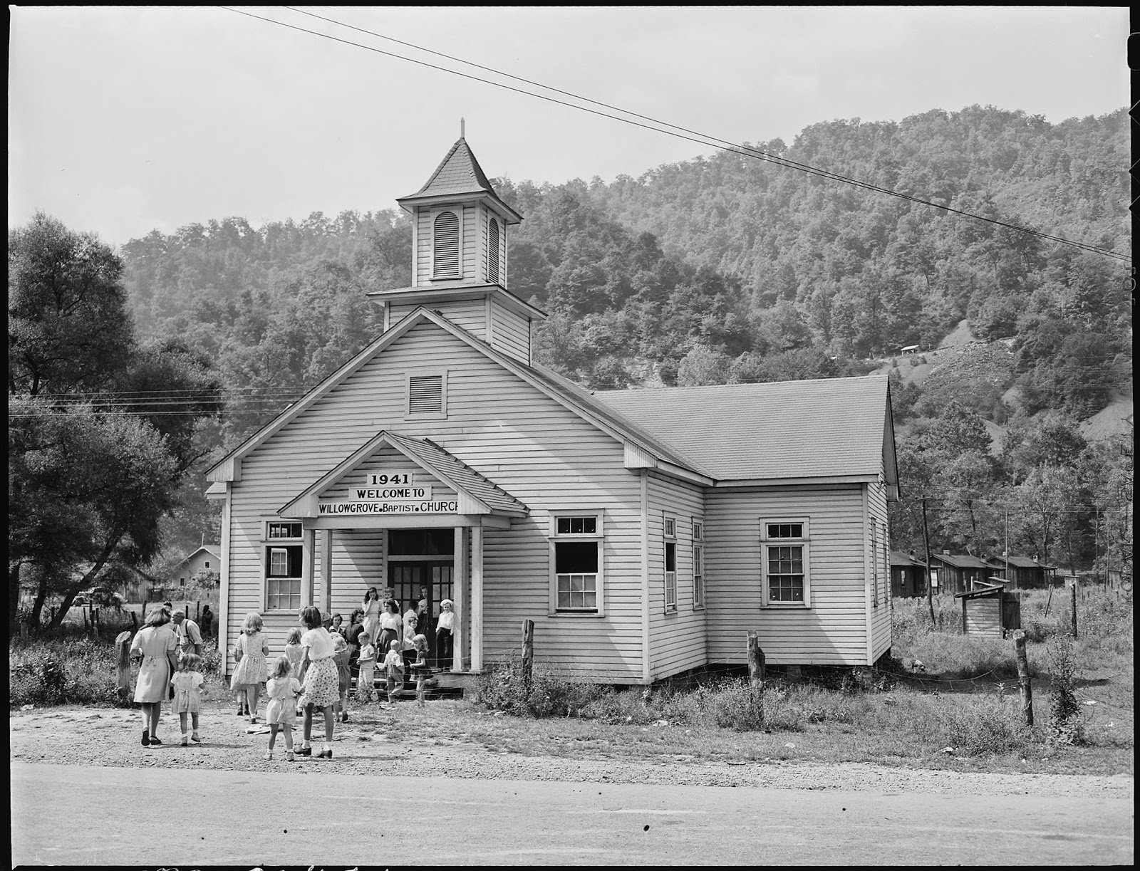 Oameni care merg la biserică - imagine preluată de pe commons.wikimedia.org