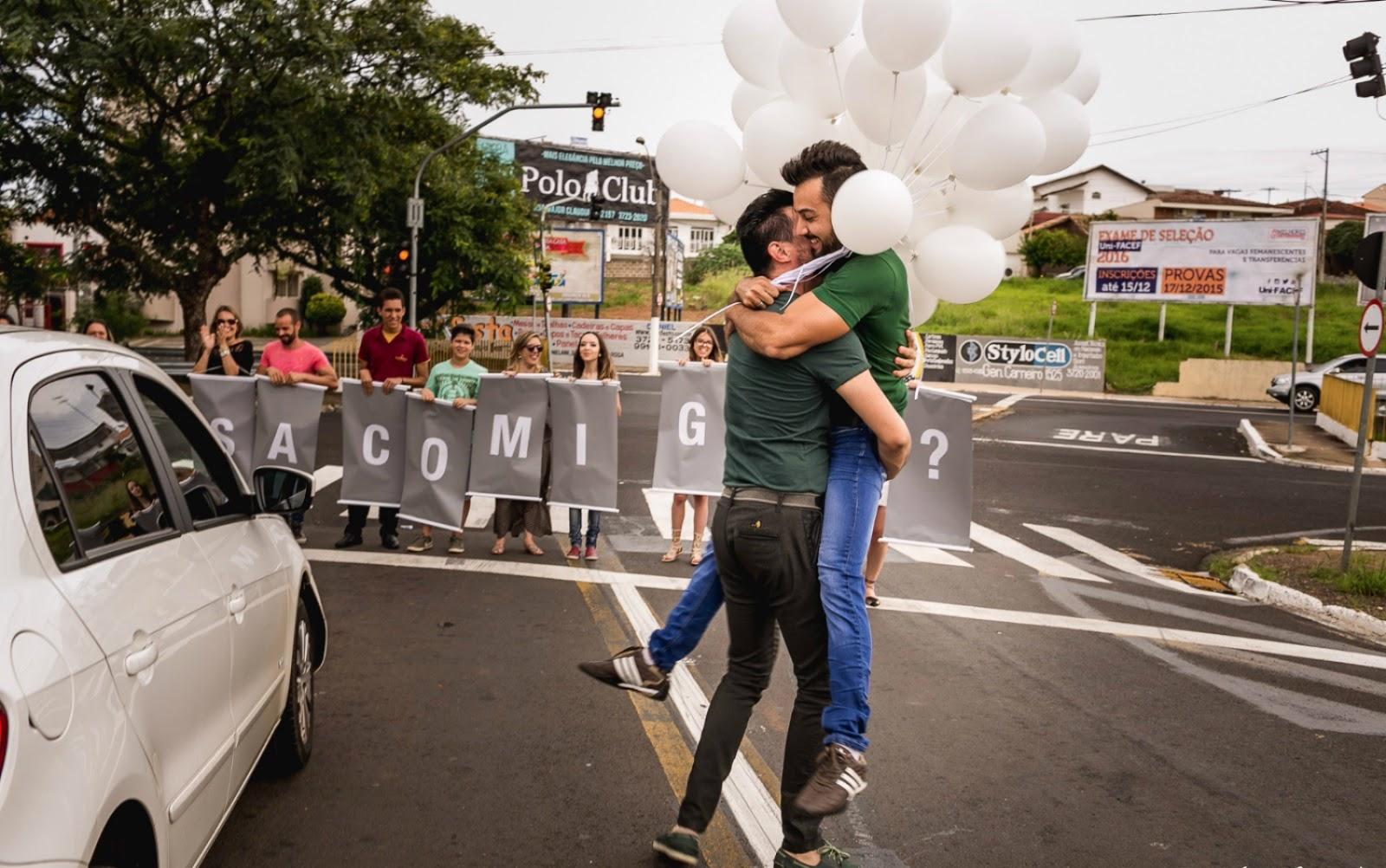 Vídeo de decorador parando o trânsito para pedir namorado em casamento viraliza