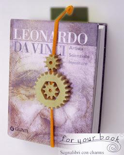segnalibro elastico personalizzato con incisione e ciondolo legno ruote leonardo