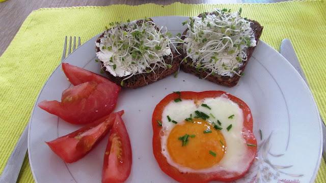 jajko sadzone w papryce, kiełki