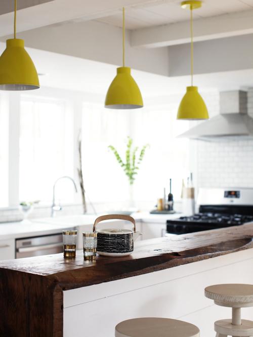 Cocina con lámparas amarillas
