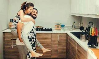 عاشق يحمل حبيبته على ظهره