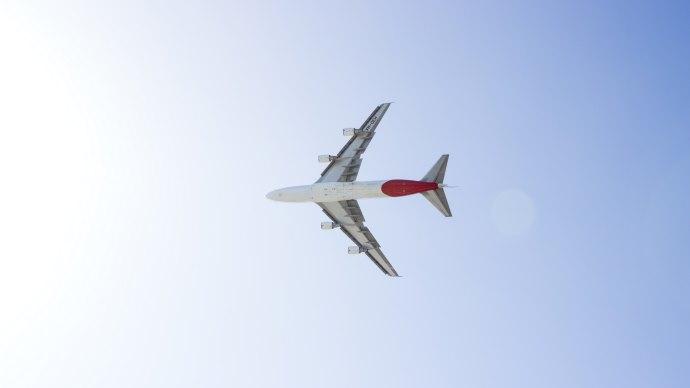 Wallpaper: Qantas Airplane above Sydney