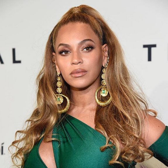 Beyonce-shows-off-toned-stomach-in-a-crop-top-and-skirt-at-TIDAL-benefit-concert