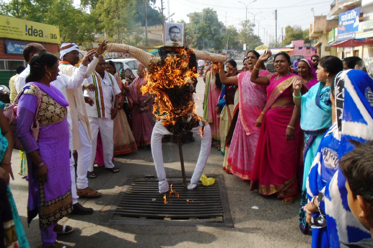 Women-Congress-blasts-CM-effigy-of-raping-women-in-the-state-प्रदेश मे महिलाओं पर हो रहे बलात्कार को लेकर महिला कांग्रेस ने सीएम का पुतला फुंका