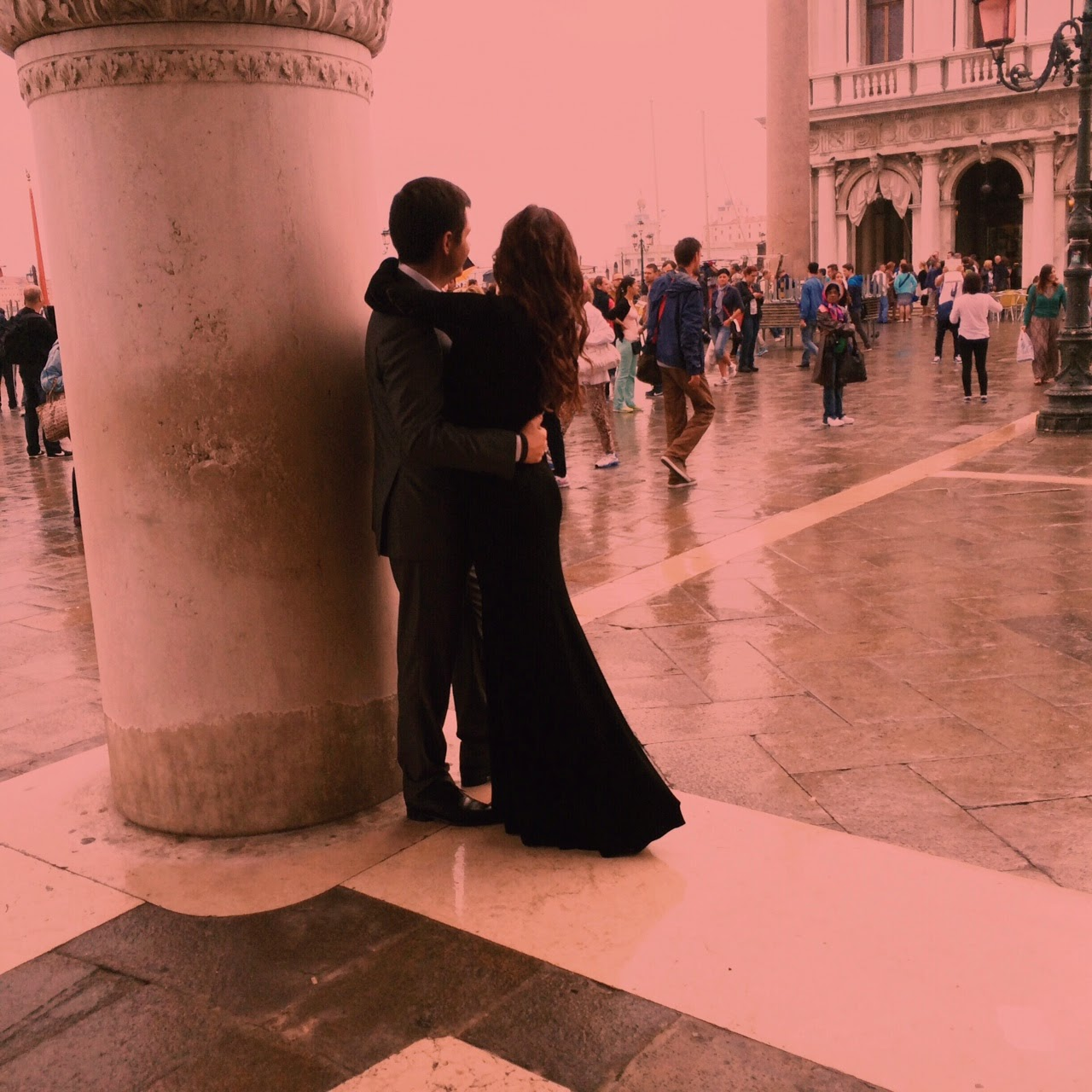 Lovers-Outside-The-Doges-Palace-venice