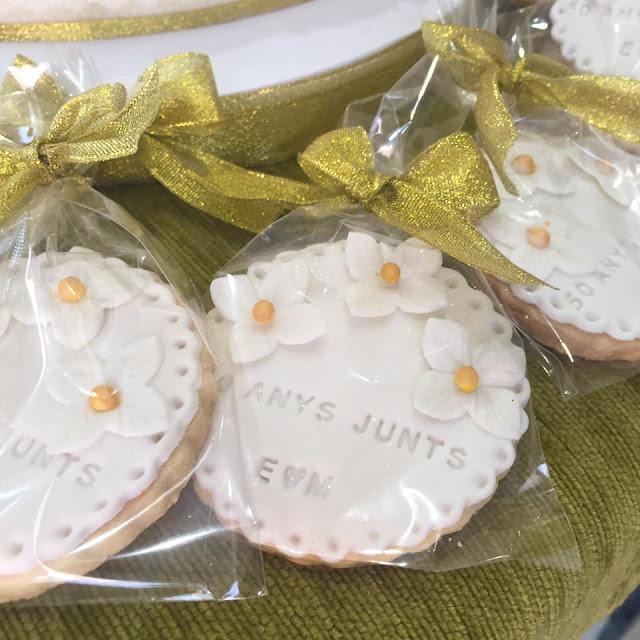 Galletas detalle celebracion bodas de Oro Bouque flores  rosas perfectas dorado tarda bodas de oro tarta flores azucar fondant Gandia Ontinyent Xativa Alcoy