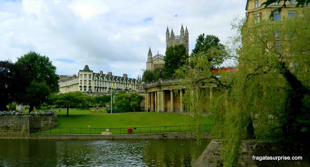 A torre da Abadia de Bath vista do Parade Park, às margens do Rio Avon