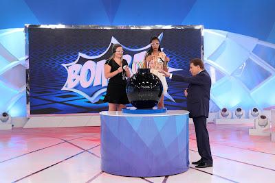 """Na foto: Silvio Santos comanda a brincadeira """"Bomba!"""".. Crédito da foto: Lourival Ribeiro/SBT."""