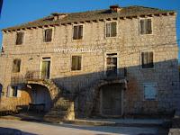 Zgrada župnog dvora i stare škole, Bobovišća, otok Brač slike