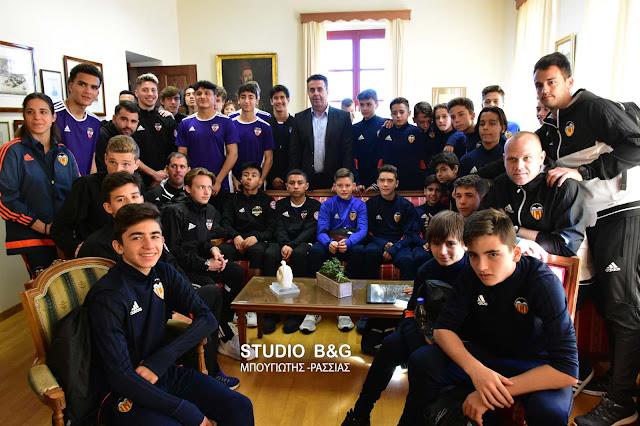 """Ο Δήμαρχος Ναυπλιέων υποδέχθηκε στο Ναύπλιο τους ποδοσφαιριστές που συμμετέχουν στο τουρνουά ποδοσφαίρου """"Διαμαντής Ανδρώνης"""""""