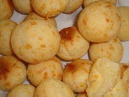 Foto de pão de queijo assado pronto para consumo