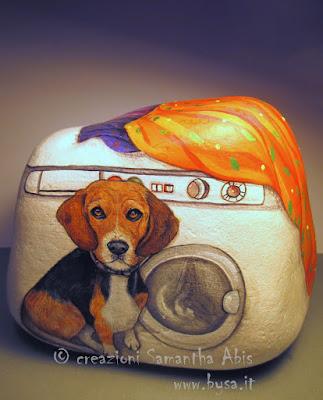 mostro un sasso dipinto a mano con beagle  da Samantha abis