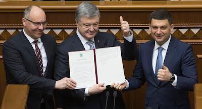 Порошенко подписал закон о закреплении в Конституции курса в НАТО и ЕС