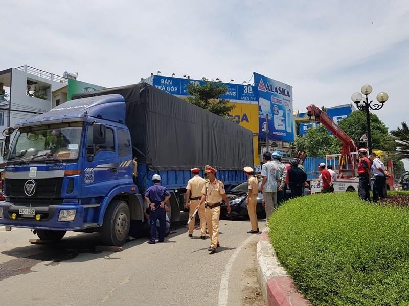 Va chạm với xe tải, ô tô 4 chỗ bị cuốn vào gầm