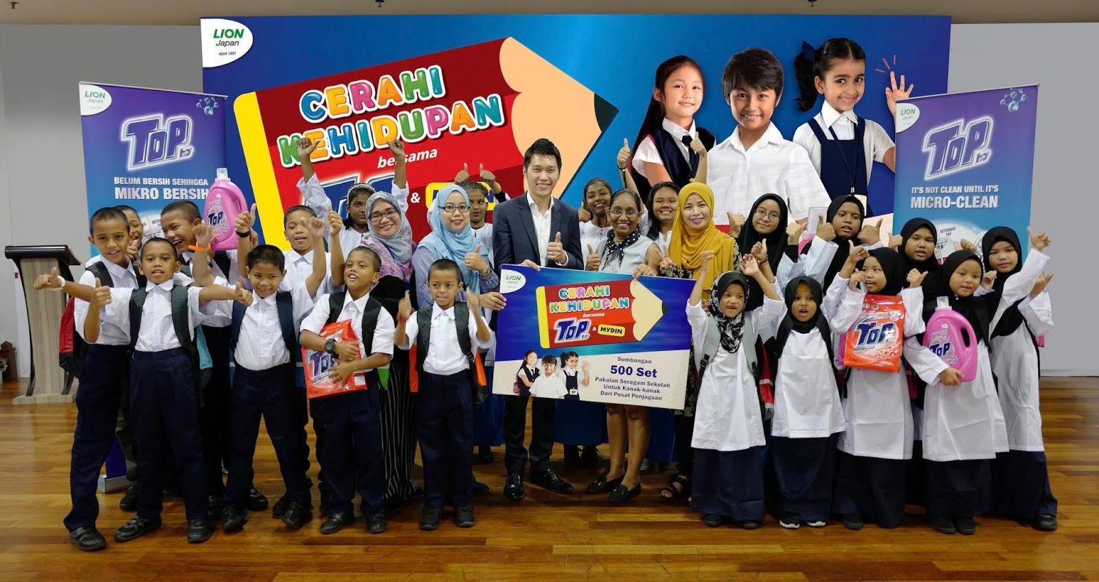 TOP Menyumbangkan Pakaian Seragam Sekolah Kepada 500 Orang Pelajar