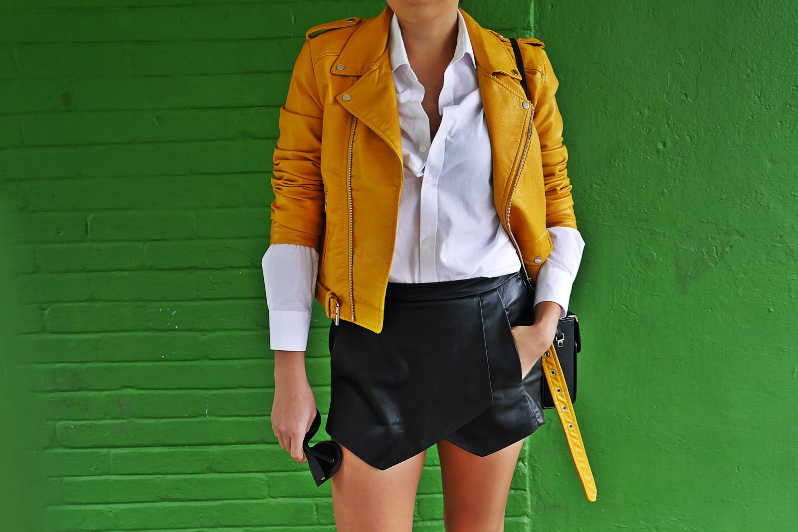 10_yellow_biker_jacket_zara_shorts_white_shirt_renee_cut_out_boots_karyn_blog_modowy_180817
