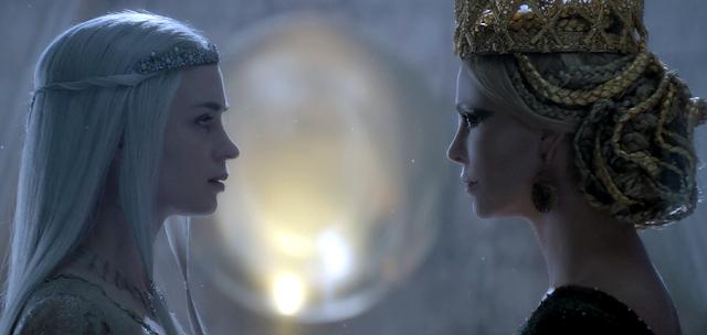 Malefica Regină Ravenna (Charlize Theron) și Regina de gheaţă Freya