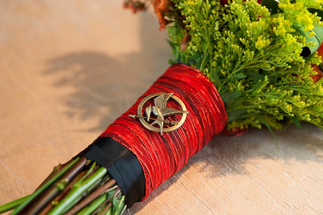 hunger+games+catching+fire+wedding+katniss+peeta+gale+red+black+gold+inspiration+theme+party+birthday+dress+cake+bouquet+jennifer+lawrence+josh+hutchinson+liam+hemsworth+sam+calflin+lilly+and+lilly+photography+31 - Catching Fire