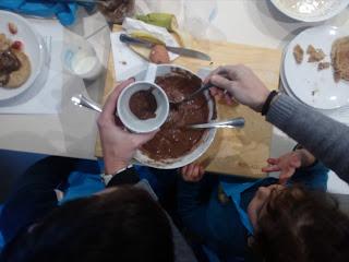 Encher a caneca com massa para o bolo