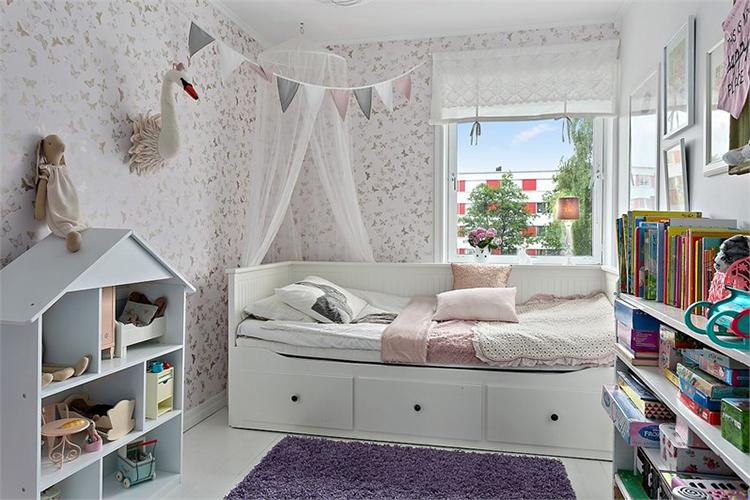 habitacion infantil juvenil estilo nordico decoracion nordica escandinava cama ikea papel pintado guirnalda alfombra interiorista barcelona alquimia deco