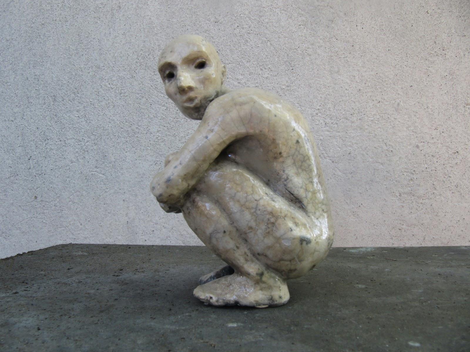 Kucająca postać - rzeźba współczesna w technice raku