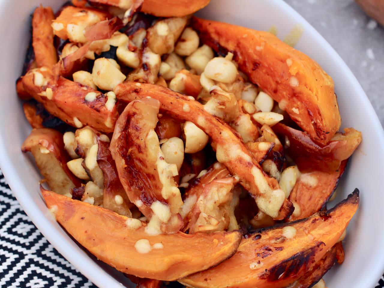 Süßkartoffelsalat mit Äpfeln und Nüssen