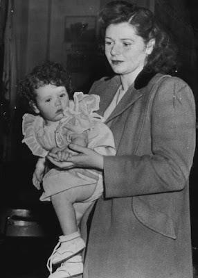 Джоан Барри с дочерью Кэрол Энн во время судебного заседания, апрель 1945 г.