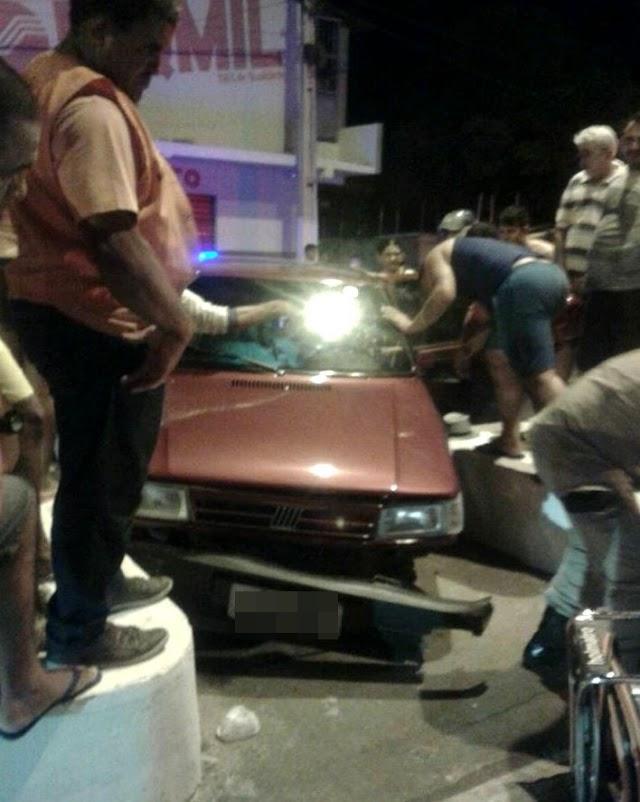 Motorista perde o controle de veículo e bate em canteiro na cidade de Pau dos Ferros