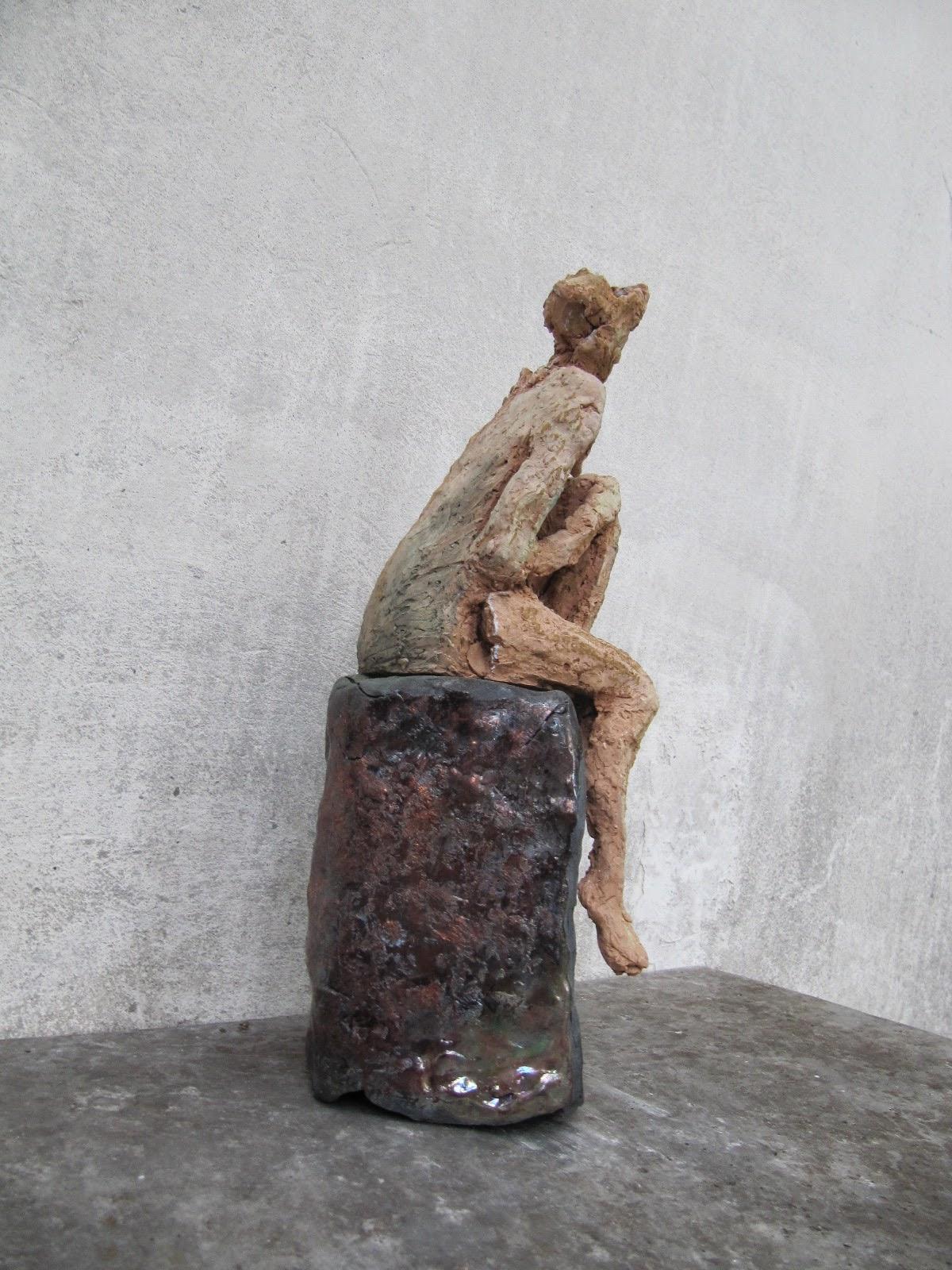 Rzeźba współczesna - siedząca postać bokiem